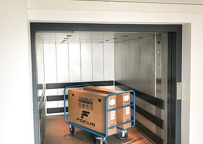 Ascenseur et chariot à disposition pour faciliter la manutention de vos affaires dans nos locaux de self-stockage - Maxi Stockage Uvrier/Sion (Valais)