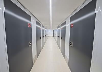 Corridor d'accès aux cellules de self-stockage - Maxi Stockage Uvrier/Sion (Valais)