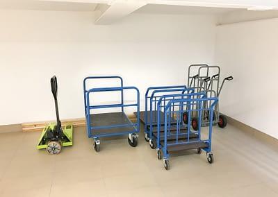 Chariots et transpalettes à disposition pour faciliter la manutention de vos affaires dans nos locaux de self-stockage - Maxi Stockage Uvrier/Sion (Valais)